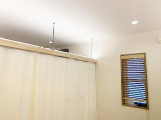 ベッドの上の和紙ライトカバー